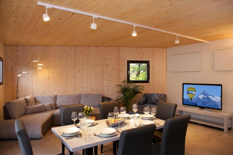Aparthotel-ZellamSee-wohnlich eingerichtet Wohn-Essbereich