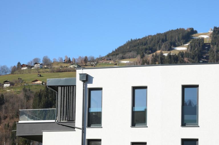 Aparthotel-Zell am See Außenterrasse mit Bergblick