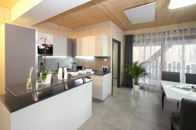 Aparthotel-Zell am See Küchenzeile und Esstisch