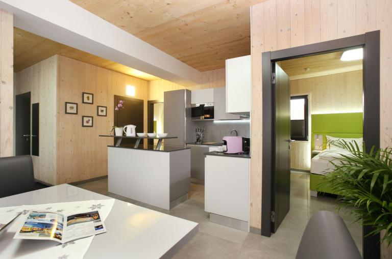 Aparthotel-Zell am See, Wohnküche, Esstisch und Schlafzimmer